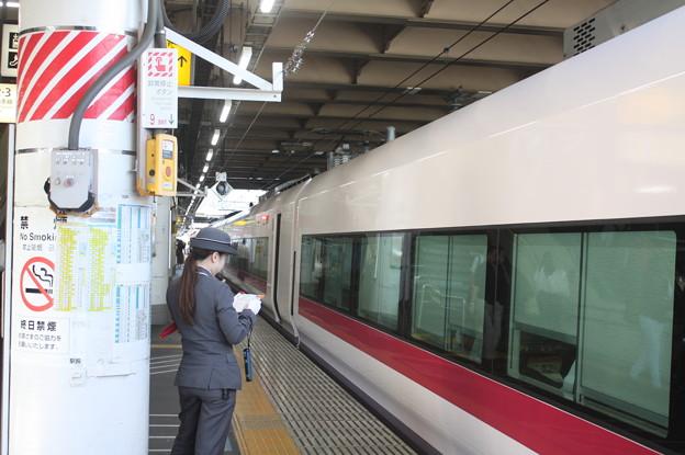 上野駅9番線の女性駅員 特急ときわ58号品川行停車中 (2)