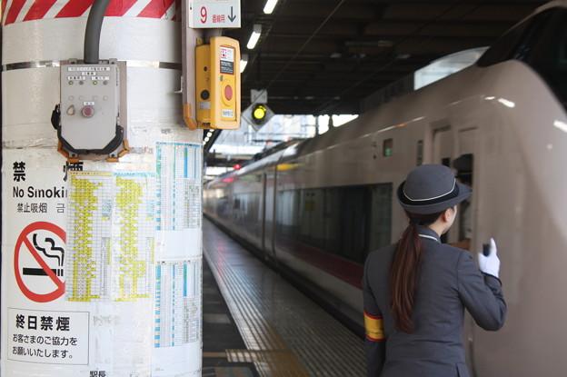 上野駅9番線の女性駅員 特急ときわ58号品川行発車
