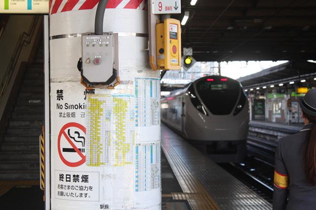 上野駅9番線の女性駅員 特急ときわ58号品川行発車 (1)