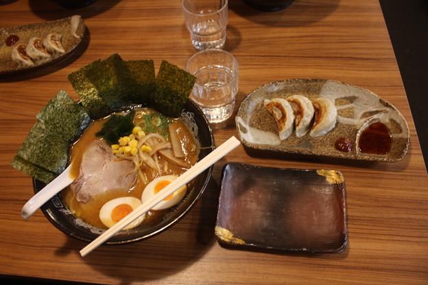 らーめん金伝丸 渋谷 味噌ラーメン・海苔トッピング&餃子