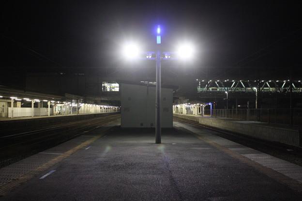 夜の友部駅2番線・3番線ホーム