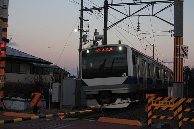 満月をバックに宍戸駅に到着するE531系K455編成