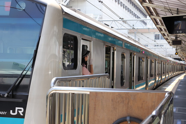 発車合図をする京浜東北線女性車掌
