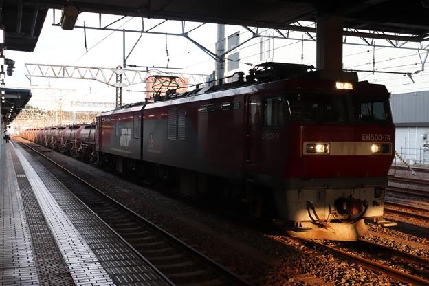 水戸駅で抑止している安中貨物5094レ EH500-74 2019.09.10 (2)