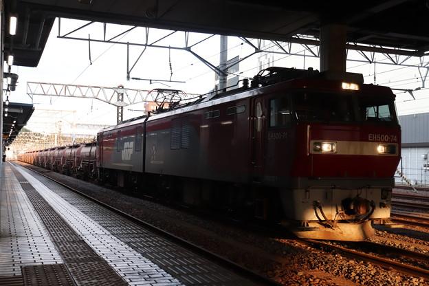 水戸駅で抑止している安中貨物5094レ EH500-74 2019.09.10 (3)
