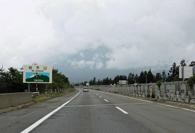 01.雲に覆われた東北道からの岩手山