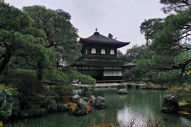 30.雨模様の観音堂と錦鏡池(きんきょうち)