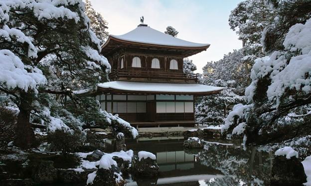 34.雪化粧した銀閣寺観音堂と錦鏡池