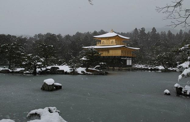 03.雪化粧した鏡湖池と金閣寺舎利殿 その1