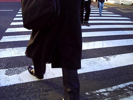 横断歩道を渡りましょう