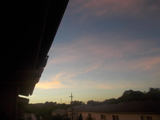 東の朝日が上がる方向には