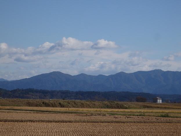 稲刈り後の田んぼと山々と