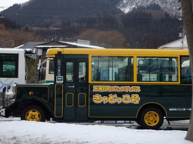 五城目町を走るバス きゃどっこ号