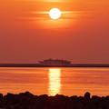 夕日に映える佐渡汽船高速カーフェリー「あかね」
