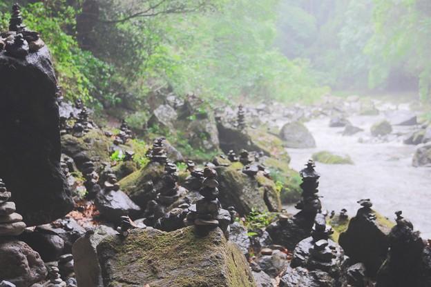 雨に濡れる賽の河原