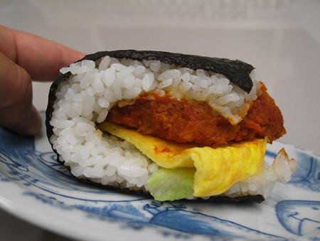 デイリーヤマザキ サンドおむすび 白身魚フライ タルタルソースと玉子焼 横から見た図1