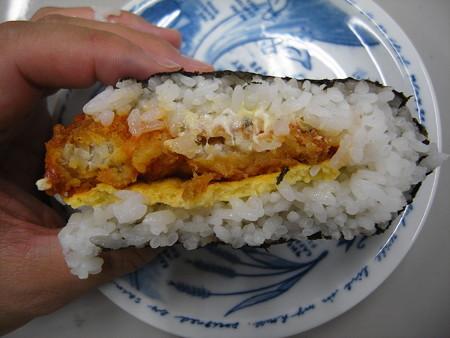 デイリーヤマザキ サンドおむすび 白身魚フライ タルタルソースと玉子焼 断面図