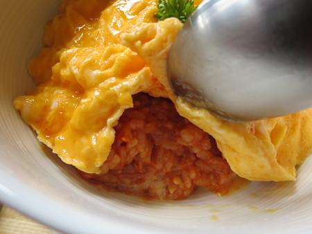 フェルの台所 ふわとろオム丼(限定20食) 盛り付けの様子