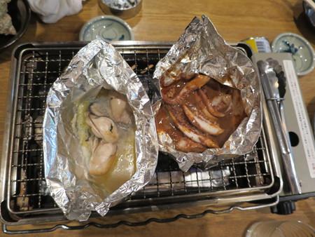 浜焼太郎 上越高田店 しっかりと焼き上がった牡蠣バターホイル焼き&いかわたとゲソのホイル焼き