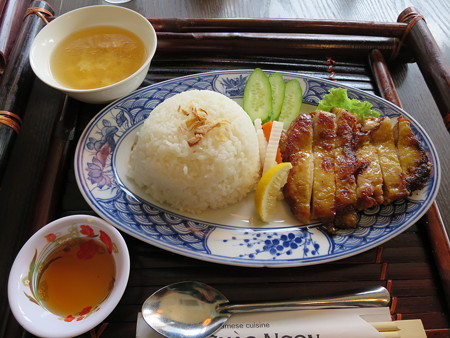 ベトナム・キュイジーヌ・チャオゴン こんがりチキンの皿飯(コムガー)¥900