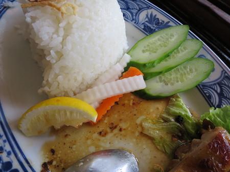 ベトナム・キュイジーヌ・チャオゴン こんがりチキンの皿飯(コムガー) 副菜の様子
