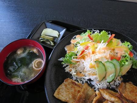鉄板焼き居酒屋 蒼い月 豚の生姜焼き定食(ランチメニュー) 副菜の様子