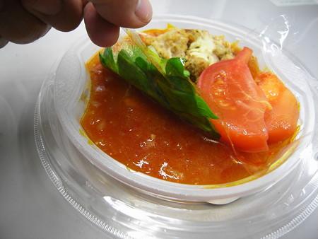 デイリーヤマザキ 香草チキンのアラビアータスパゲティ 盛り付けの様子
