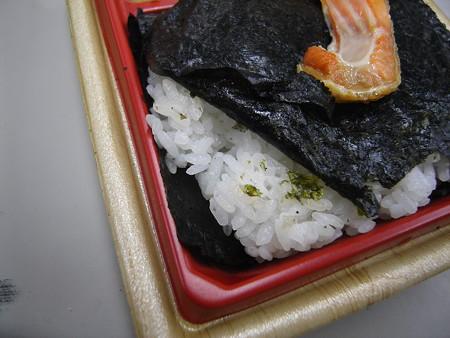 ローソン 新潟コシヒカリ紅鮭弁当 ごはん盛り付けの様子1
