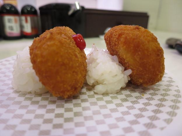 写真: 魚べい 上越高田店 かにクリームコロッケ 横から見た図