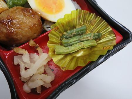ヤマザキ 炭火焼鳥重 副菜の様子