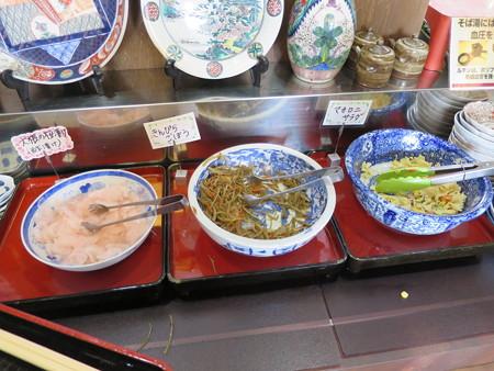 石臼挽き手打ち蕎麦 慶 2016年4月某日の総菜コーナー