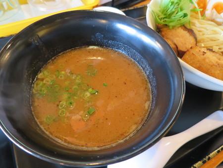らぅめん縁 濃厚つけ麺(中盛り、叉焼(チャーシュー)2枚トッピング) スープ器アップ