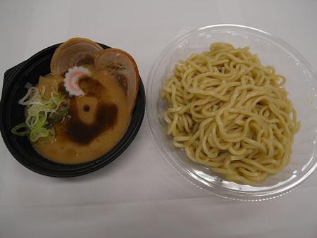 セブンイレブン 豚骨魚介の冷しつけ麺 つけ汁に混ぜる香味油付