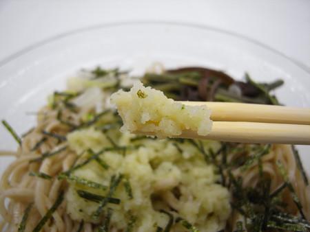ローソン 信州産玄そば使用 冷し山菜わさびおろしそば 万城のわさび大根おろし アップ