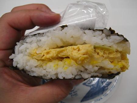 デイリーヤマザキ サンドおむすび 玉子丼風 断面図