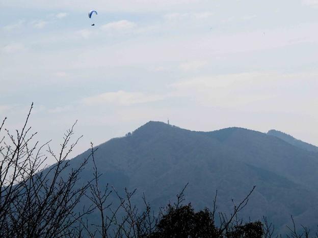 加波山上空ハングライダーが飛ぶ