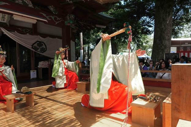 Photos: 小学生の巫女舞