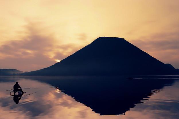 写真: 早朝の湖