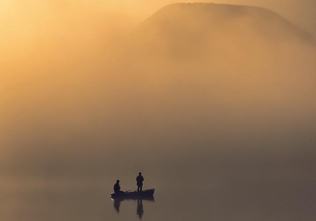 朝霧漂う湖