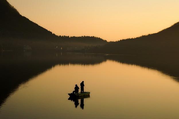 明ける湖面