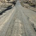 写真: でこぼこ道