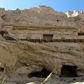 写真: 壁沿いに穿たれた石窟