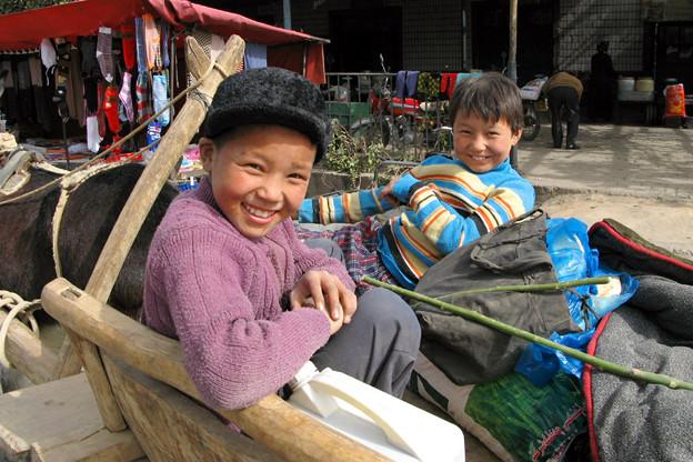 写真: 買い出しに来た少年たち