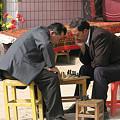 写真: チェスに興じるふたり