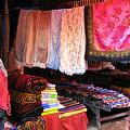 写真: 色とりどりの布地が並ぶ