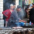 写真: 新疆名物、路上の羊肉売り