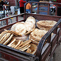 写真: 焼きたてのナンを荷台に満載