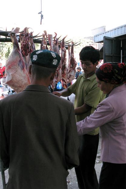 写真: 羊肉があちこちにぶら下がっている