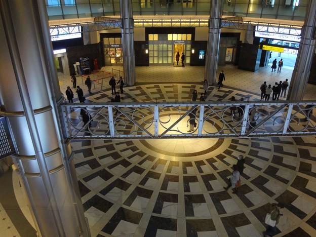写真: 東京駅丸の内駅舎にて