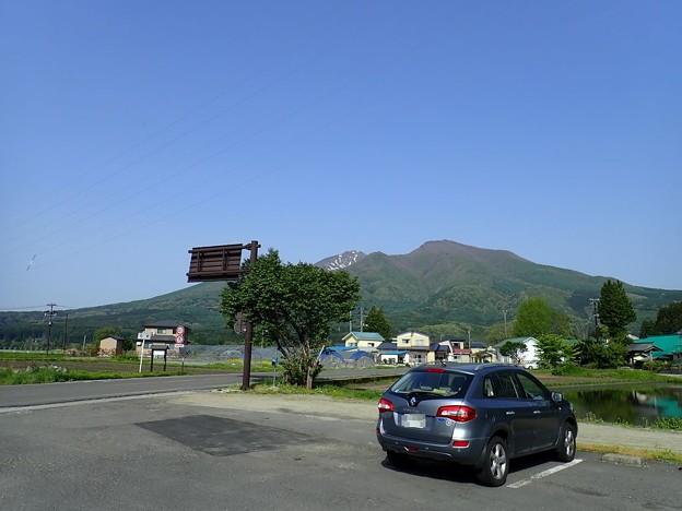 写真: 猪苗代町から望む会津磐梯山